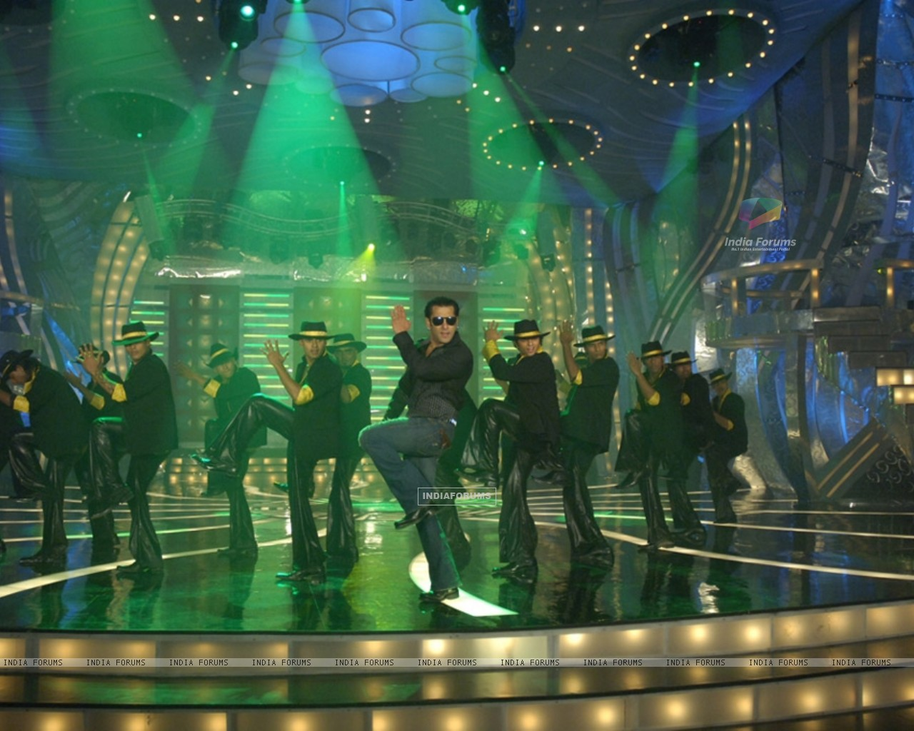Salman Khan doing stage perfomance (36989) size:1280x1024