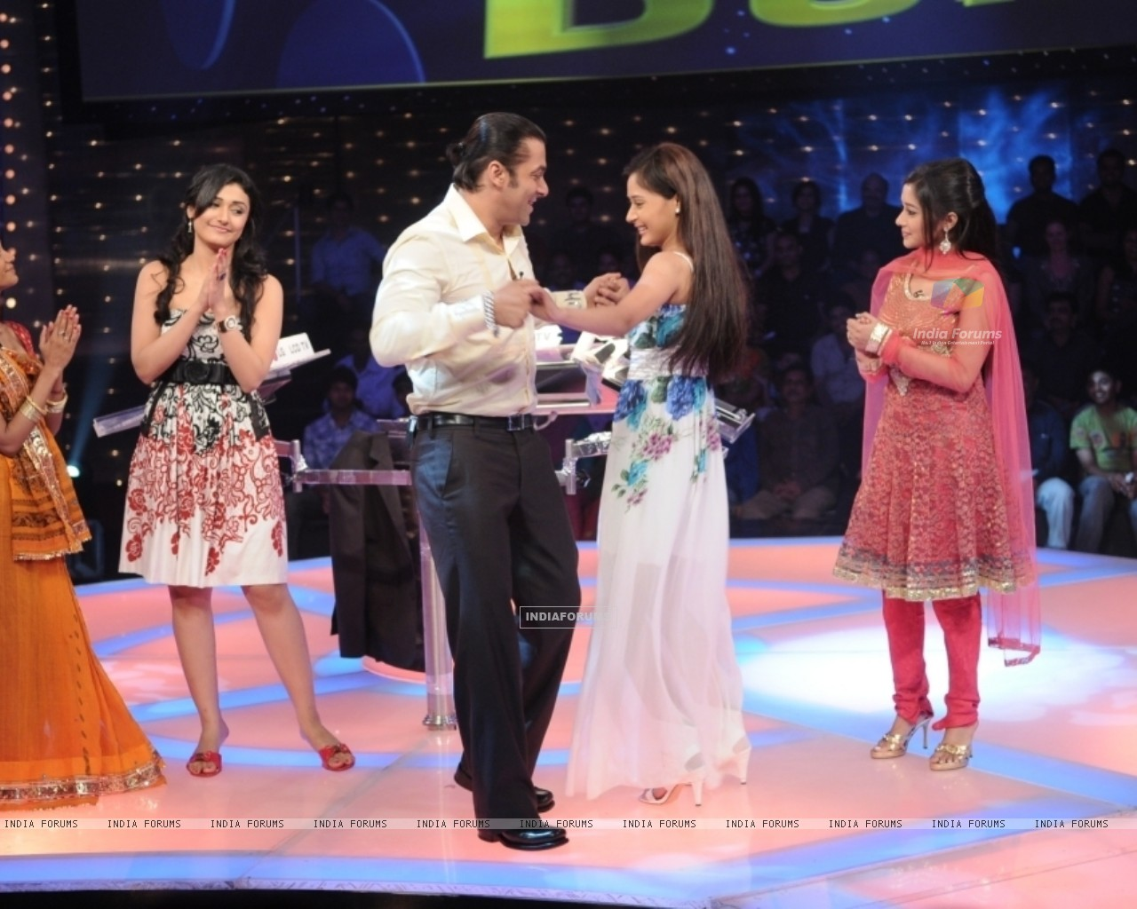 Salman Khan dancing with Sara Khan (37244) size:1280x1024