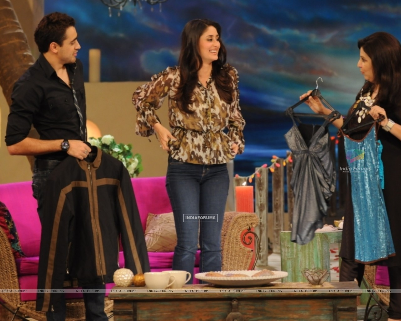 A still image of Kareena,Imraan and Farah (38530) size:1280x1024