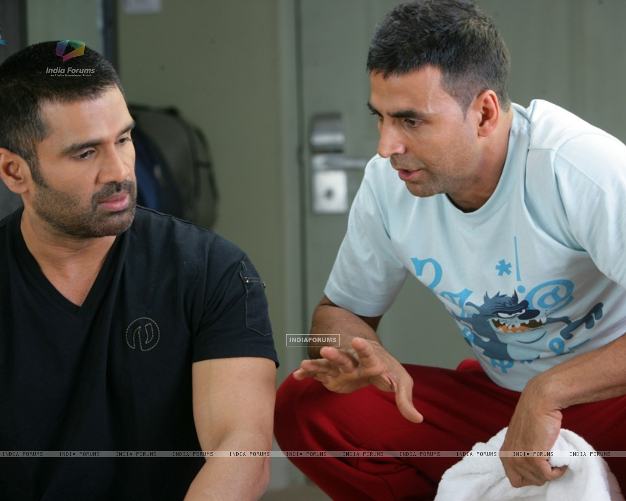 Akshay Kumar giving ideas to Sunil Shetty (39244) size:1280x1024