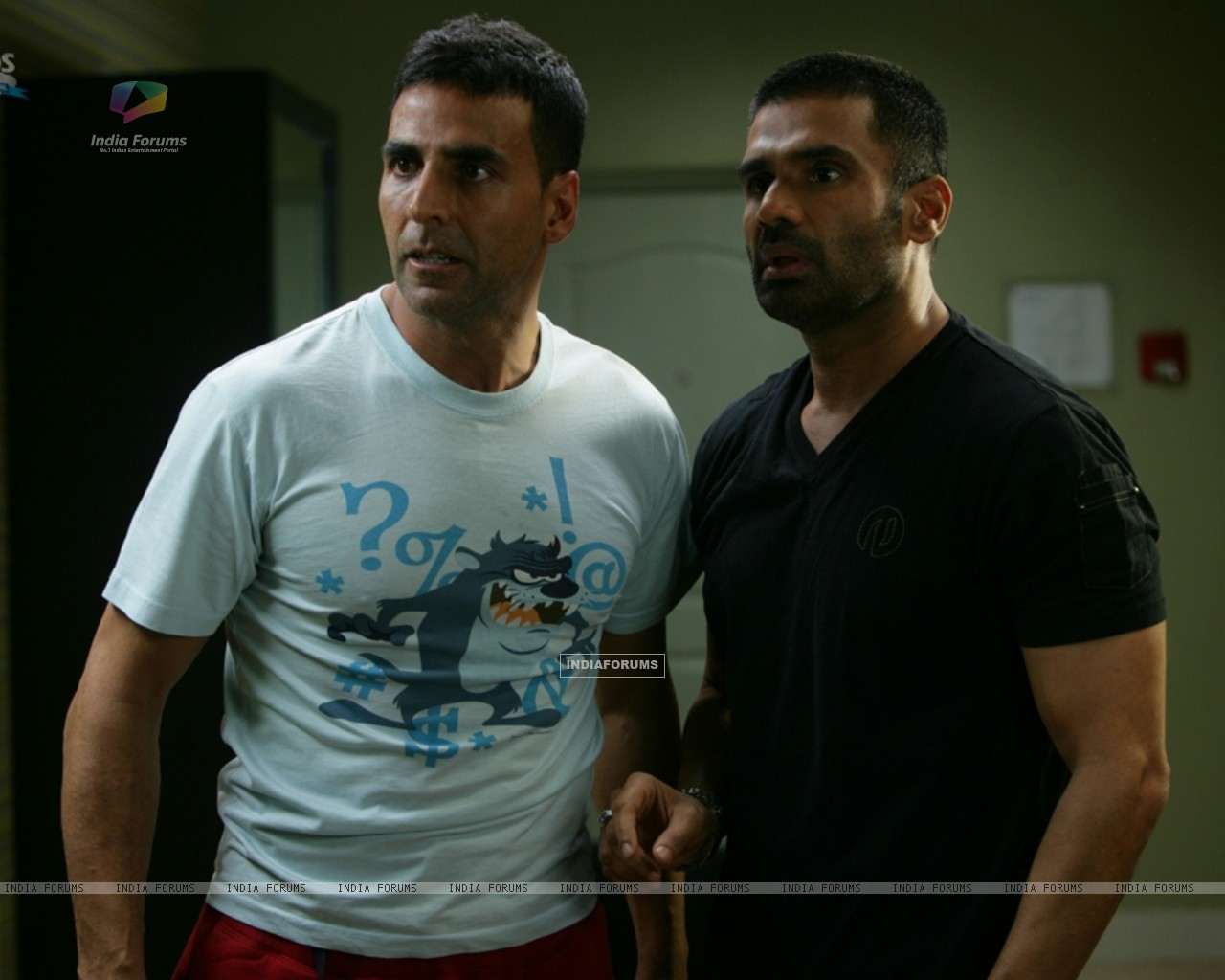 Akshay Kumar and Sunil Shetty looking shocked (39245) size:1280x1024