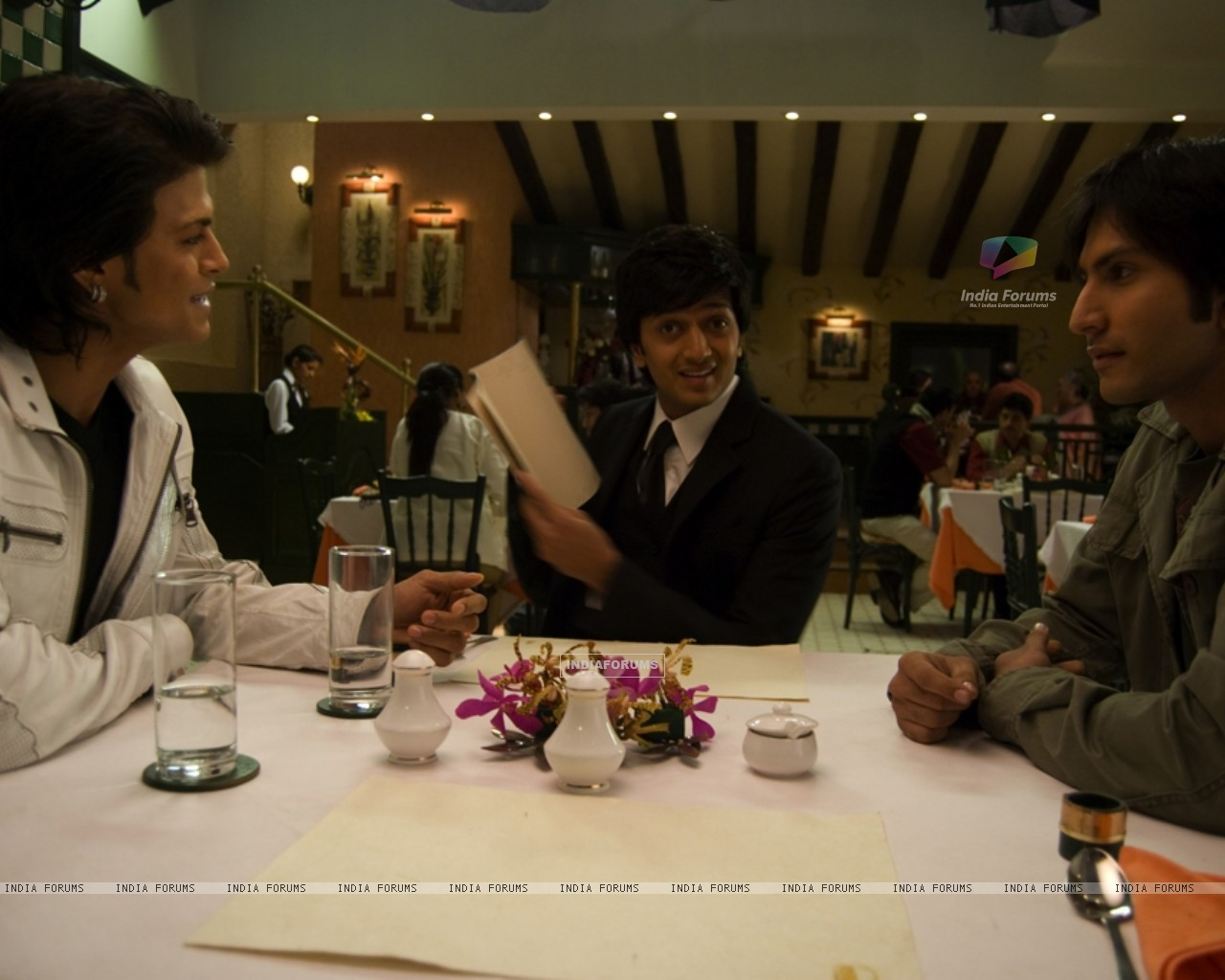 Ritesh Deshmukh sitting with their friends (39308) size:1280x1024