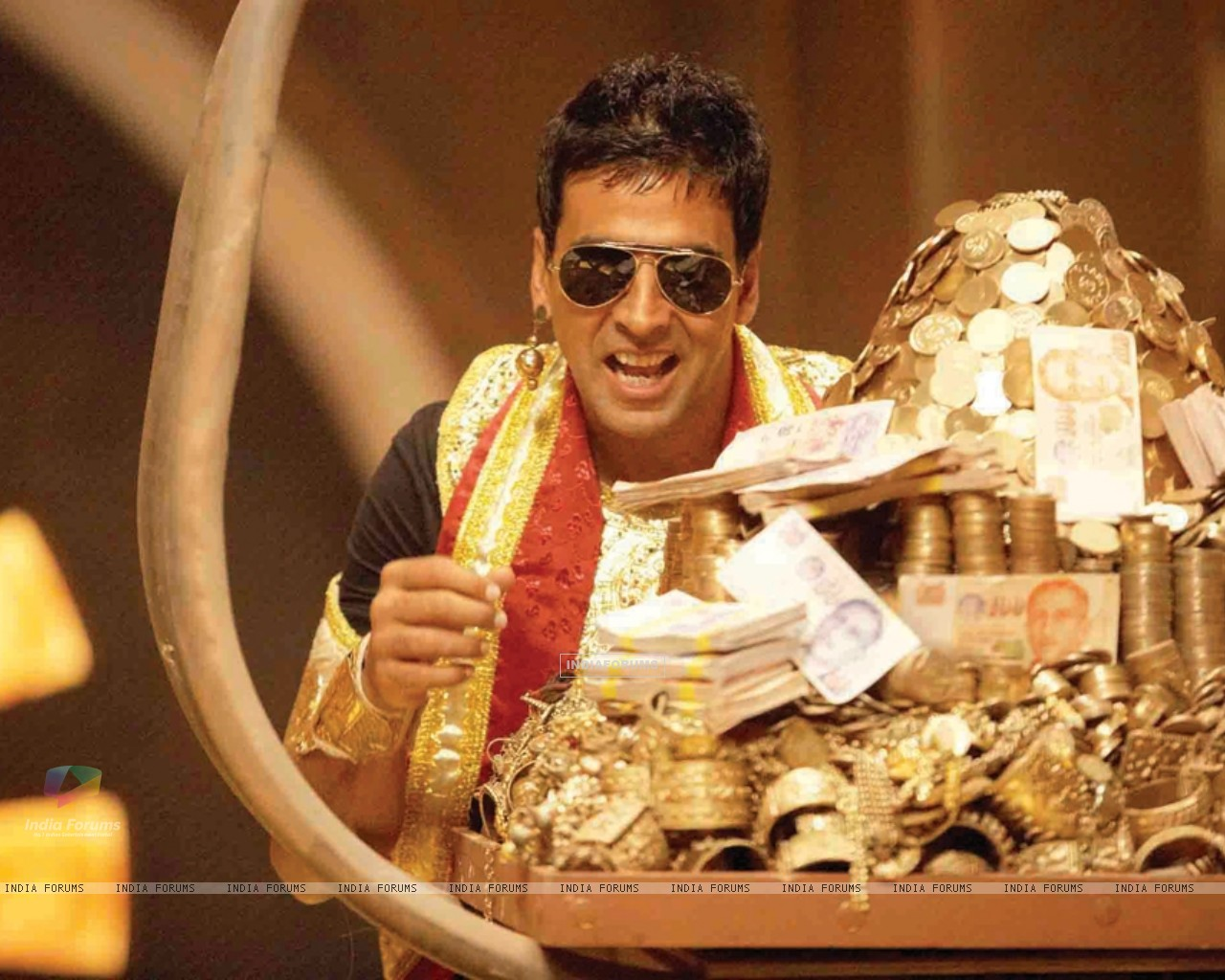 Akshay Kumar with lots of gold (40011) size:1280x1024