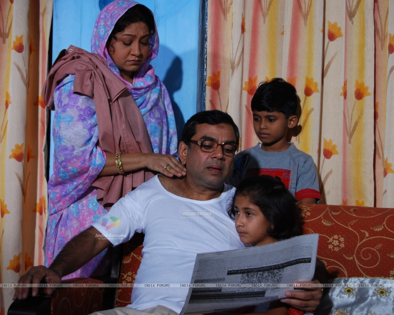 Paresh Rawal with his wife and children (40181) size:1280x1024