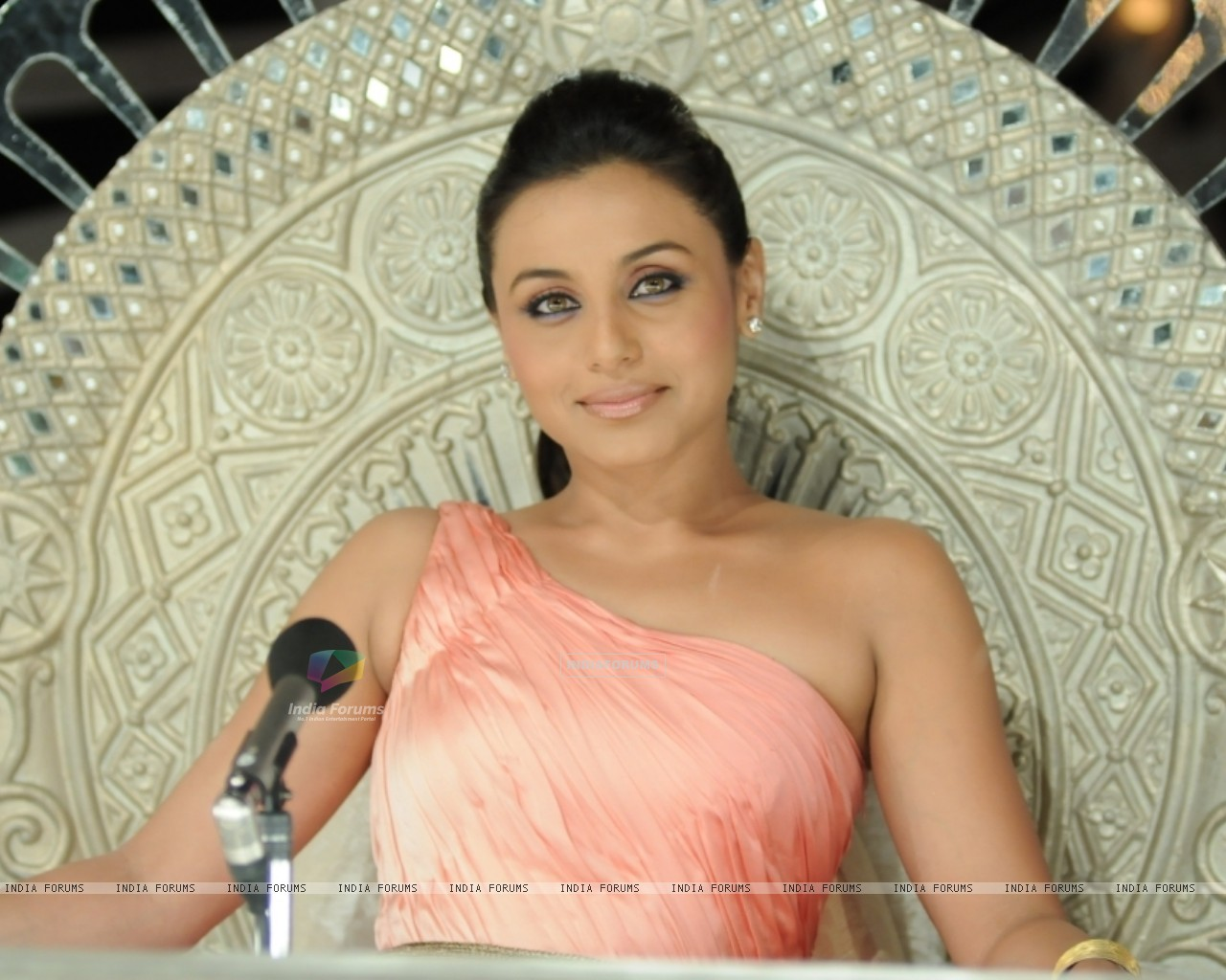 Rani Mukherjee as a judge (41075) size:1280x1024