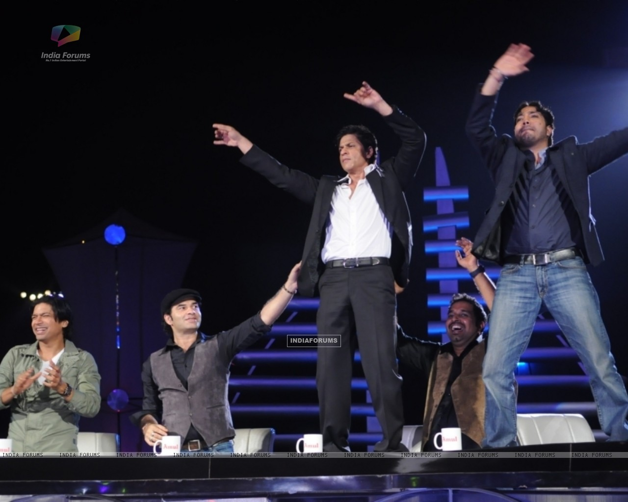 Sharukh Khan & Mika dancing on the table at Music ka Maha Muqqabla (41684) size:1280x1024