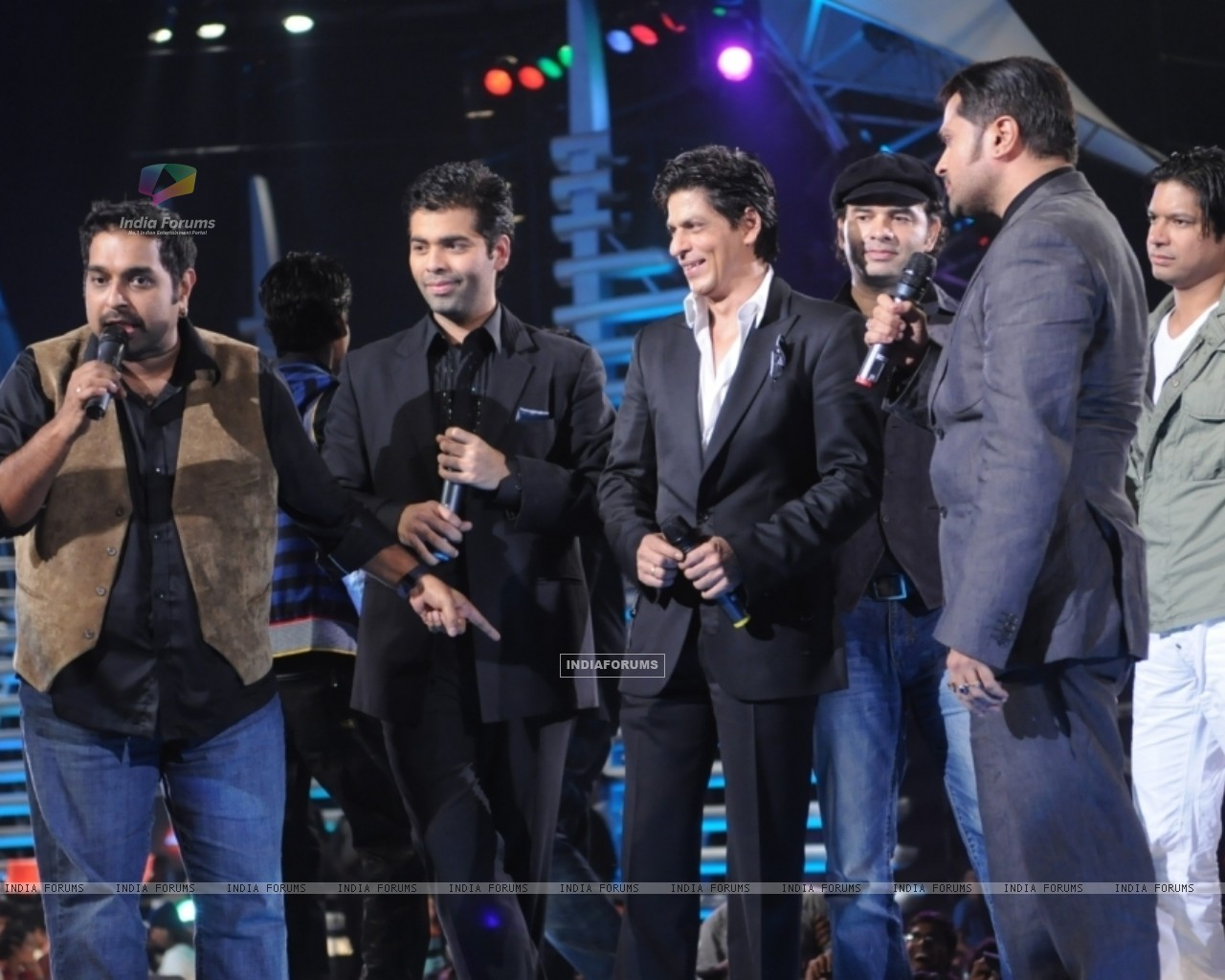 Sharukh Khan and Karan Johar cheering the Captains of Music ka Maha Muqqabla (41685) size:1280x1024