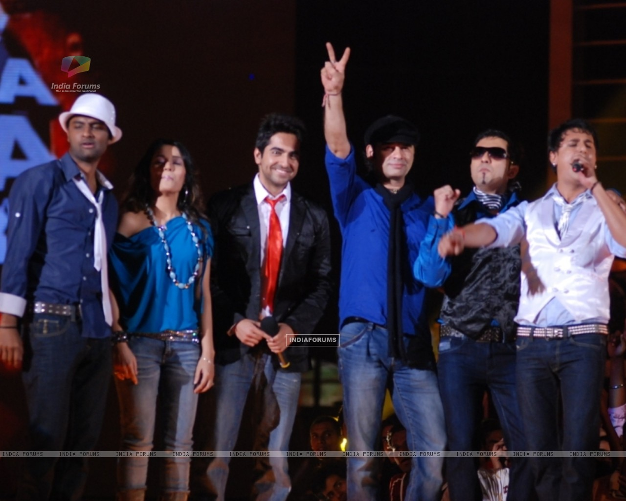 Mohit Chauhan -Captain with his team (41750) size:1280x1024