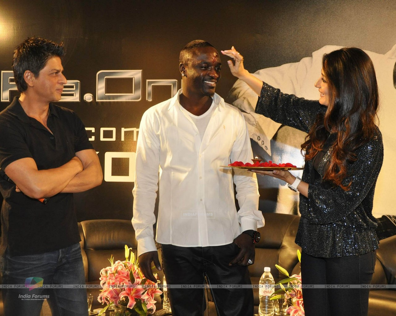 Shahrukh Khan, Akon & Kareena Kapoor pose at a press conference of their forthcoming movie RaOne held in Mumbai today Singer Akon is in Mumbai to record a song for RaOne (85968) size:1280x1024