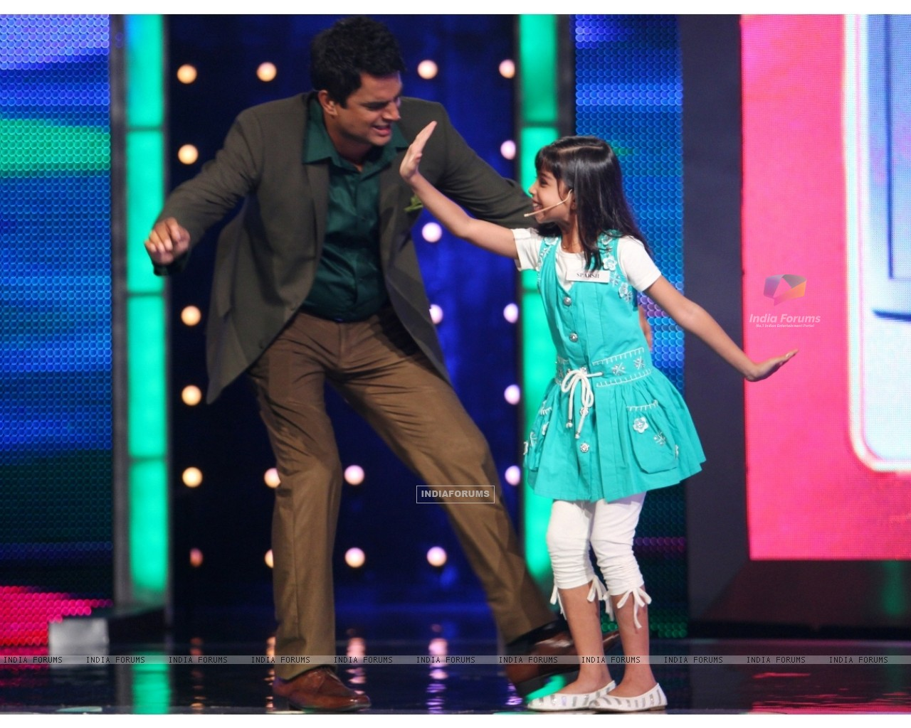 Madhavan dancing with Sparsh (90978) size:1280x1024