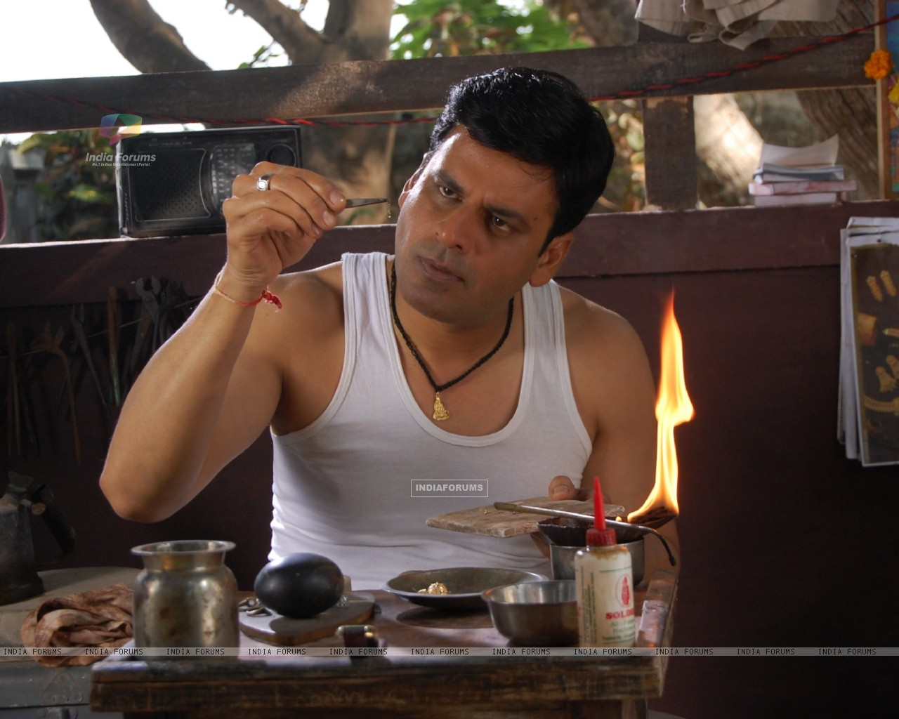 Manoj Bajpai in the movie Dus Tola (97382) size:1280x1024