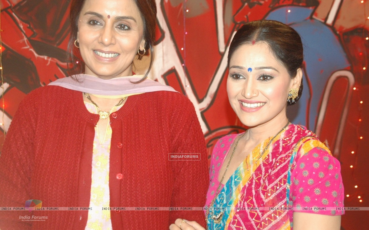 Neetu Kapoor & Disha Vakhani on the sets of Taarak Mehta Ka Ooltha Chashma (100482) size:1280x800