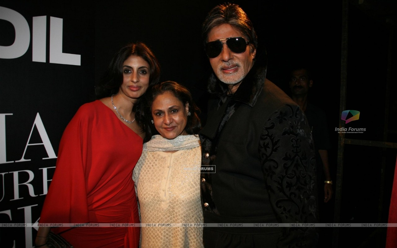 Amitabh Bachchan with wife Jaya and daughter Shweta at HDIL India Couture Week 2010 (100922) size:1280x800