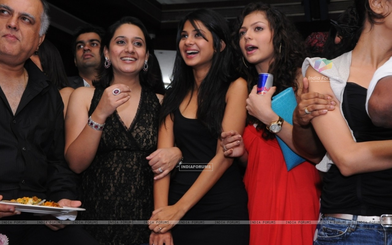 Drashti Dhami and Jennifer in Star One's Dill Mill Gayye party at Vie Lounge (103994) size:1280x800