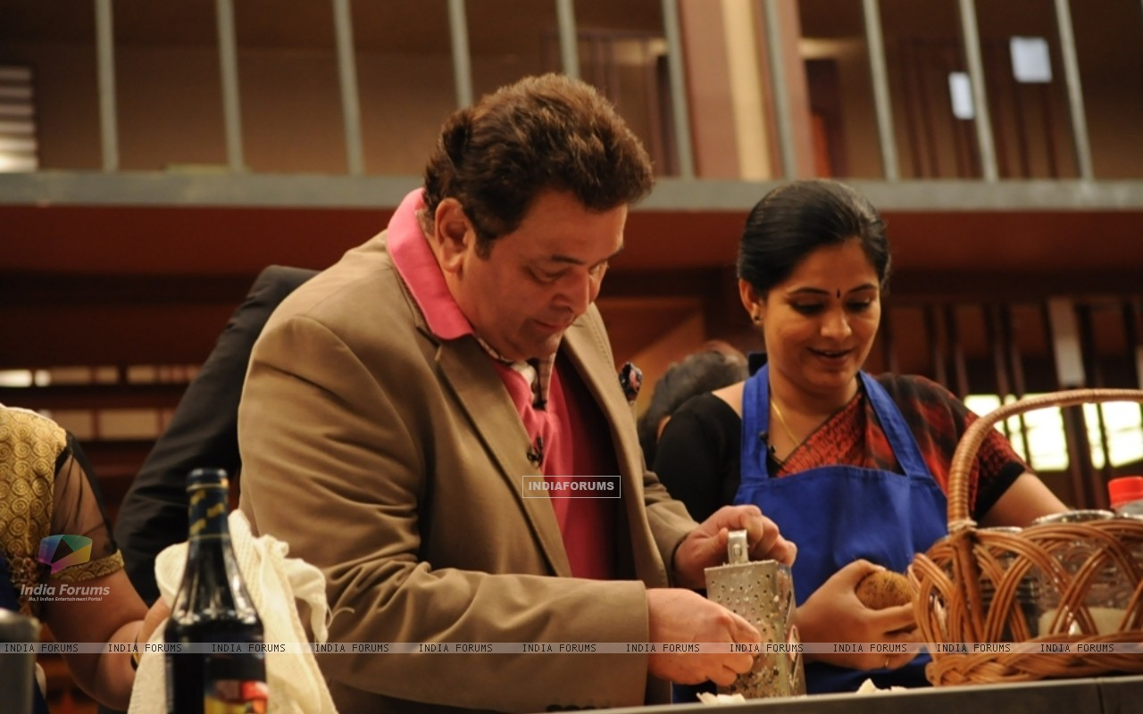 Rishi Kapoor helping contestant on tv show Master Chef India (108115) size:1280x800