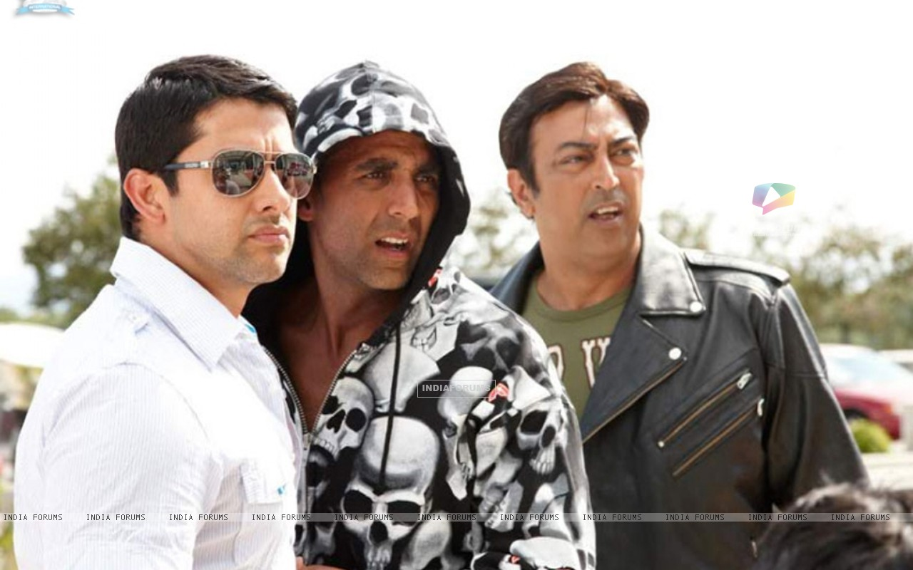 Akshay Kumar and Aftab looking confused (10990) size:1280x800