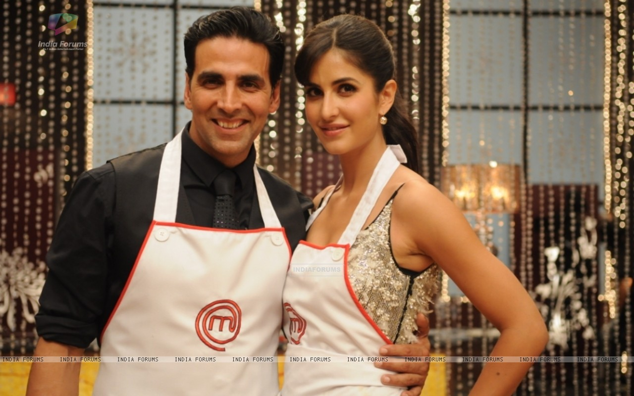 Katrina Kaif along with Akshay Kumar on Master Chef India set (113291) size:1280x800
