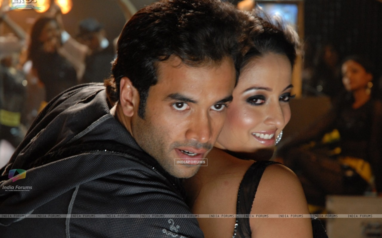 Sweet scene of Tusshar and Raima (11638) size:1280x800
