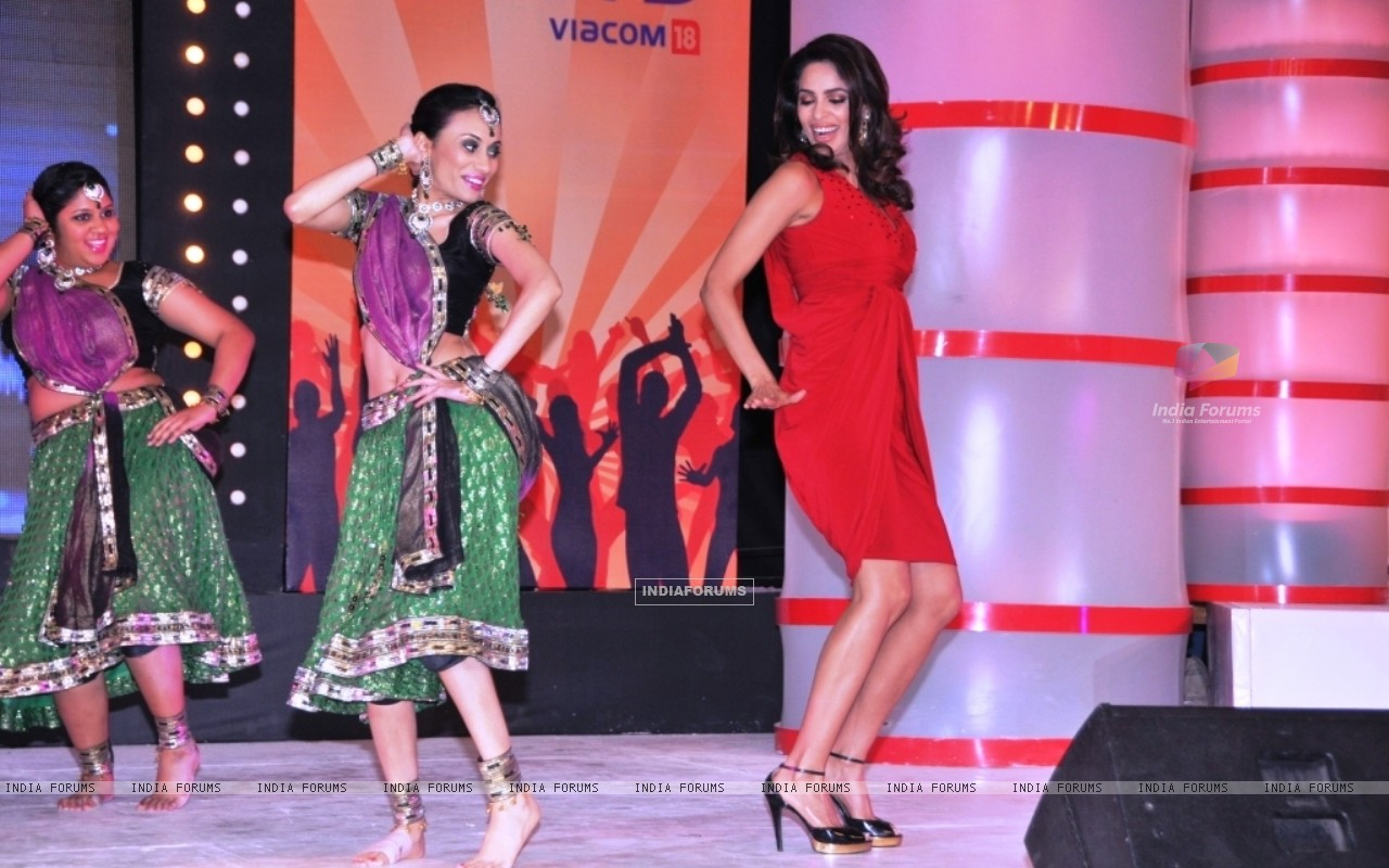 Mallika Dancing along with one of the Participant team at the launch of Chak Dhoom Dhoom Team Challe (116388) size:1280x800