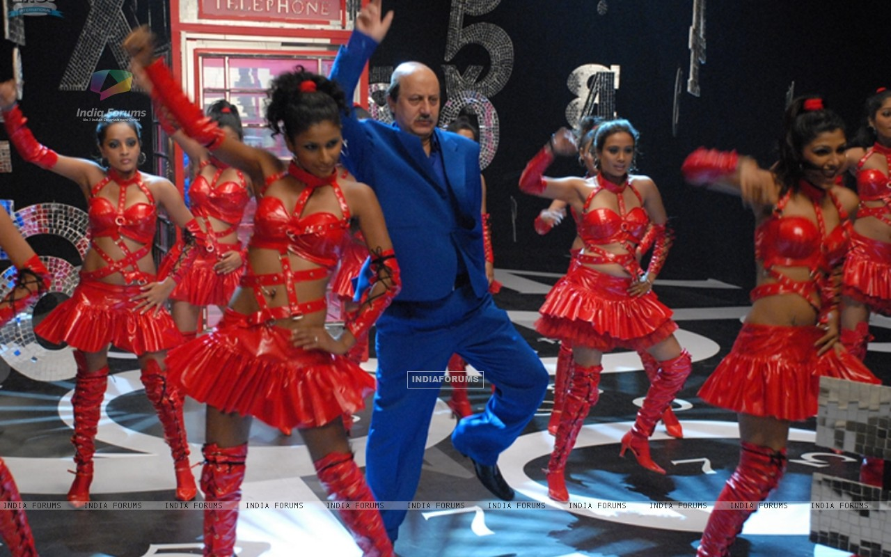 Anupam Kher dancing on the stage (11693) size:1280x800