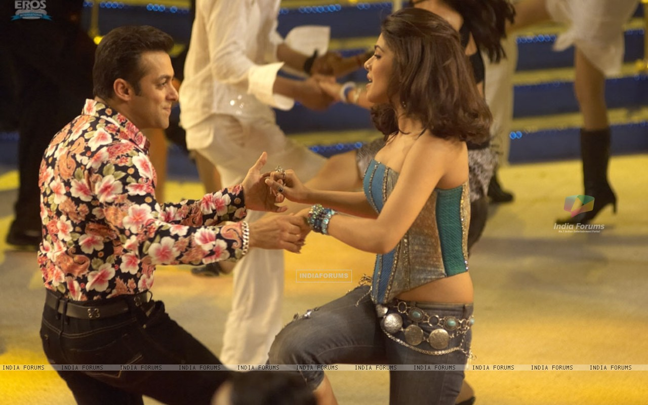 A cute scene of Salman and Priyanka (11828) size:1280x800