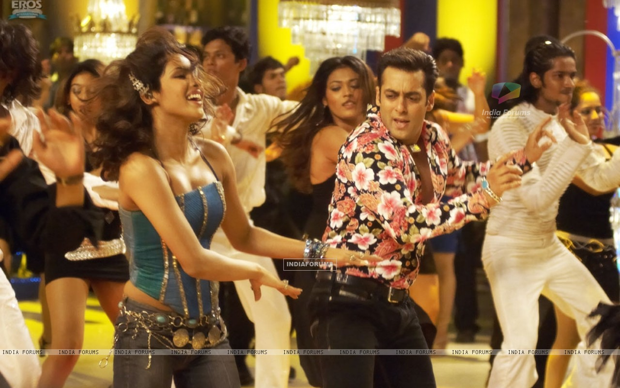 Salman and Priyanka enjoying dance (11834) size:1280x800