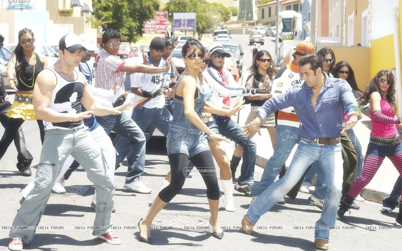 Salman,Priyanka and Sohail dancing on a road (11847) size:1280x800