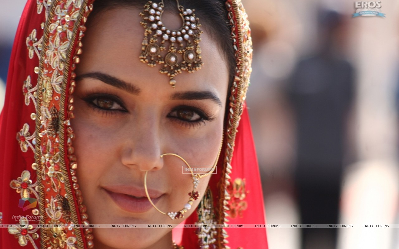 Preity Zinta looking like a bridal - Wallpaper (Size:1280x800)