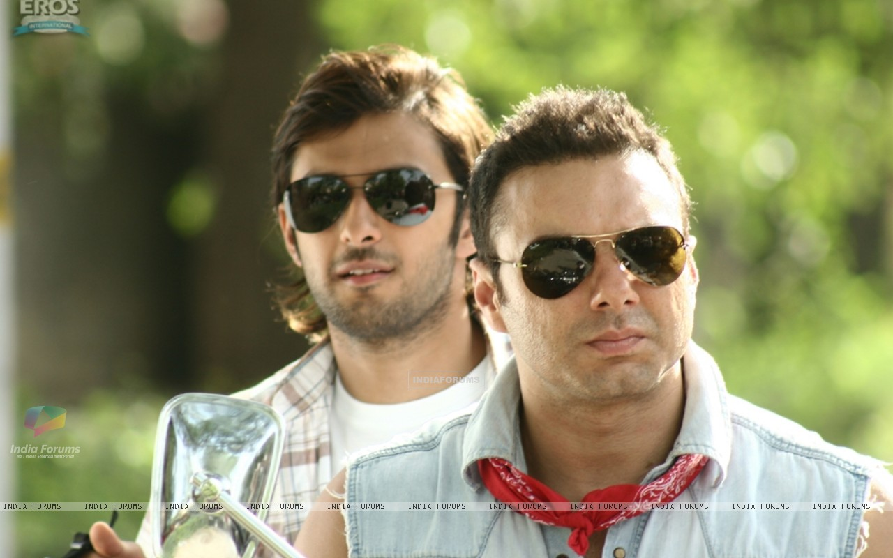 Sohail and Vatsal wearing black goggles (11946) size:1280x800