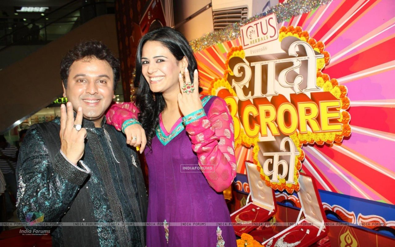 http://img.india-forums.com/wallpapers/1280x800/122435-press-confrence-of-new-show-haadi-3-crore-ki-with-mona-singh-an.jpg