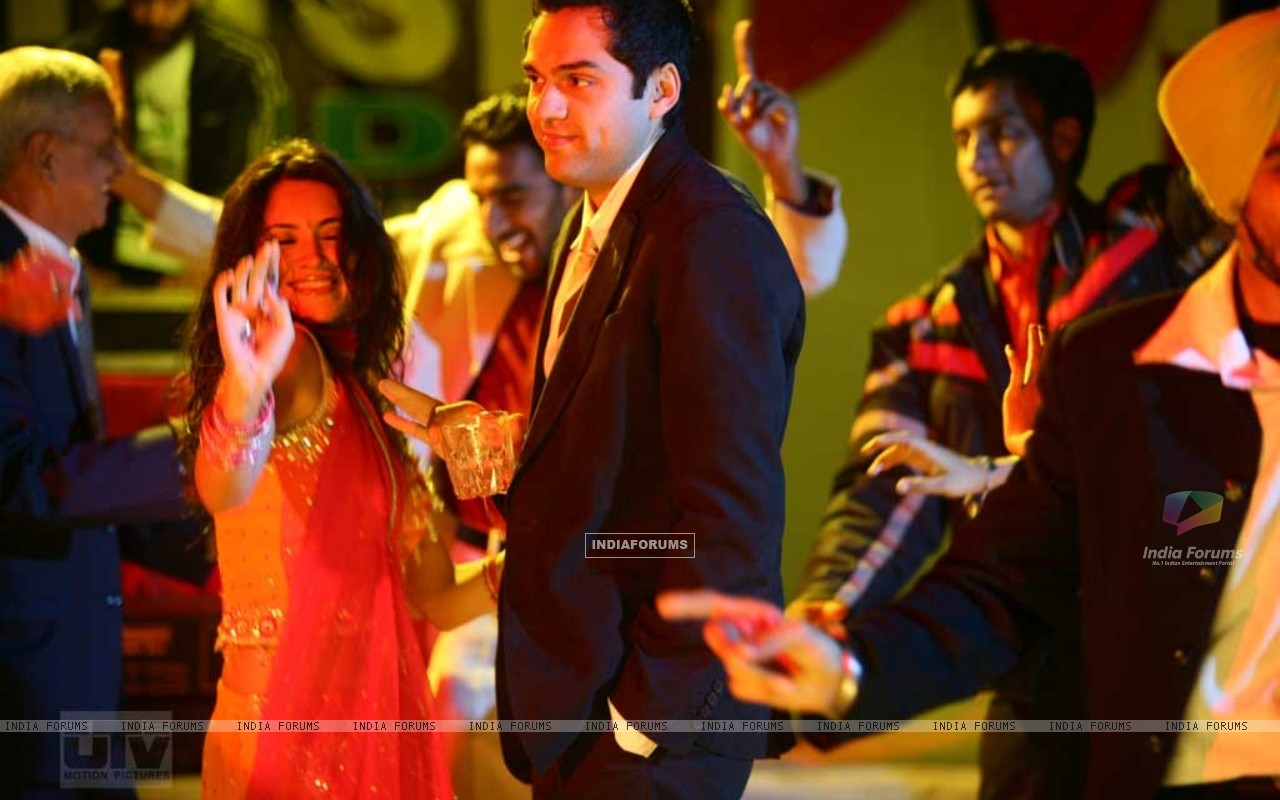 Abhay Deol and Parakh Madan dancing (12490) size:1280x800