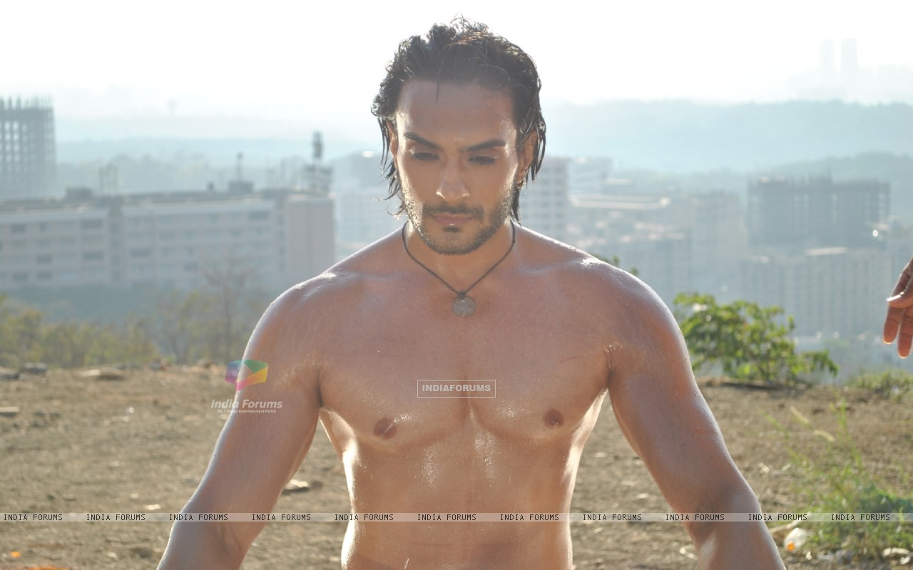 Displaying 19  Images For   Angad Hasija Shirtless