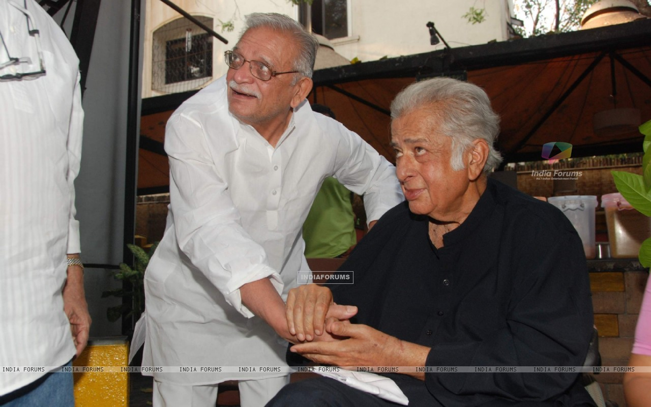 Shashi Kapoor and Gulzar at Rekha Bharadwaj's play premiere show at Prithvi. . (126026) size:1280x800