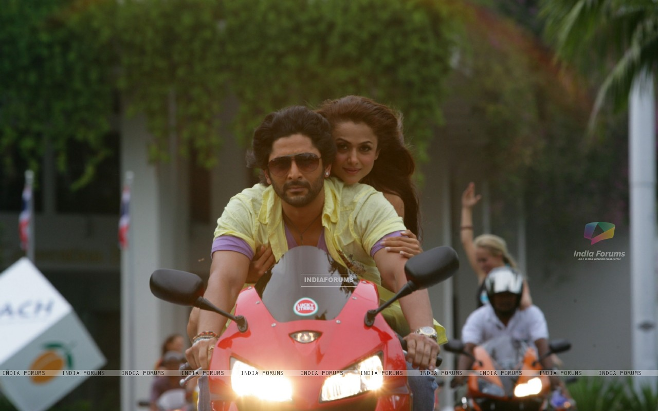Arshad Warsi and Amrita Arora sitting on a bike (12685) size:1280x800