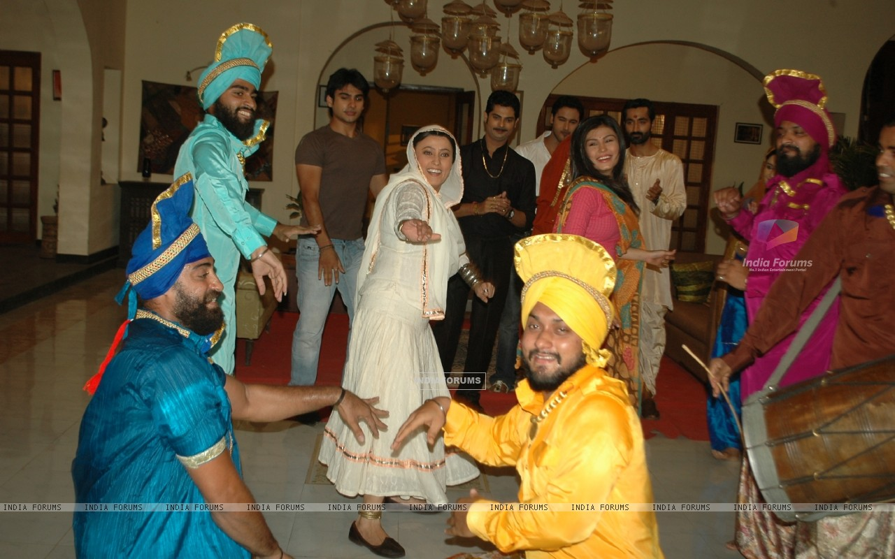 Baisakhi celebration on the sets of Na Aana Is Desh Laado (130058) size:1280x800