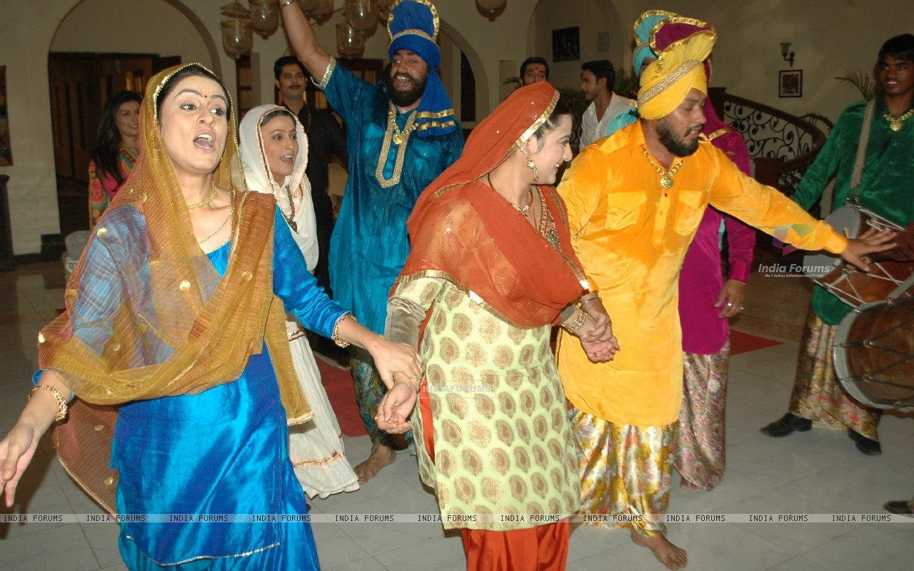 Baisakhi celebration on the sets of Na Aana Is Desh Laado (130061) size:1280x800