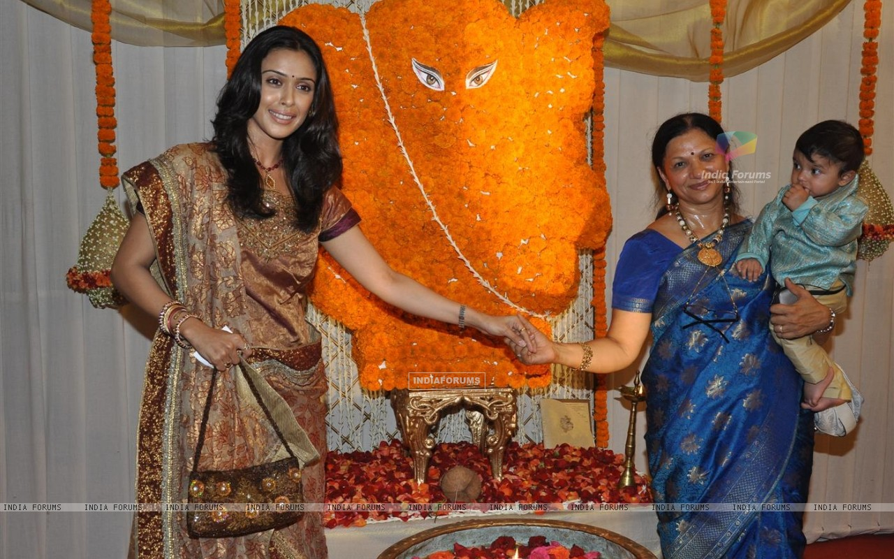 Wallpaper Hrishita Bhatt At Wedding Reception Party Of Drabhishek
