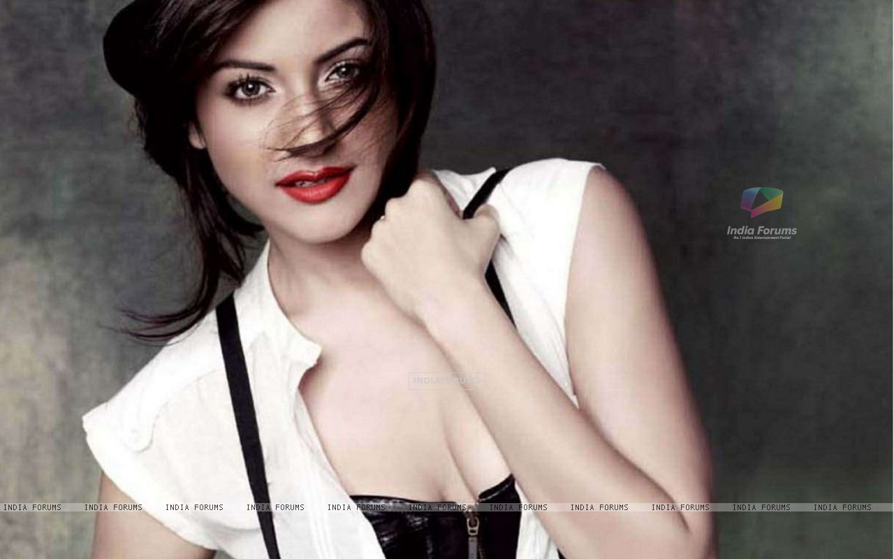 Anushka Sharma in Maxim Magazine July 2011 (147323) size:1280x800