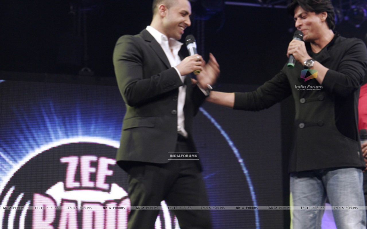 Jay Sean and Shahrukh Khan shares the stage-launch of Zee Radio (149021) size:1280x800