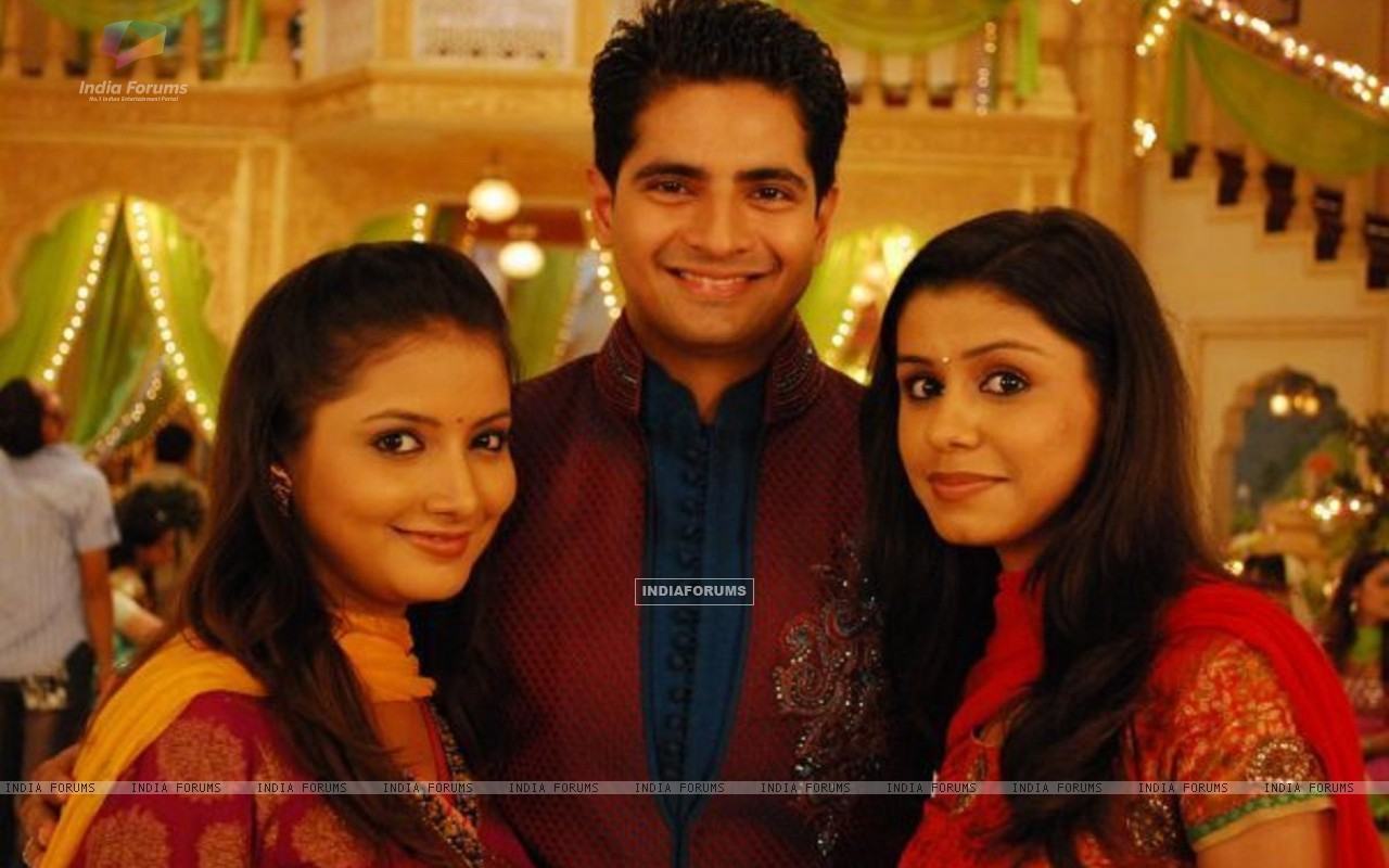 Naitik with his sisters Rashmi and Nandini (150868) size:1280x800