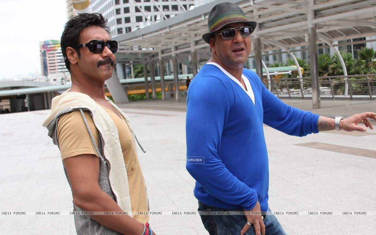 Sanjay Dutt and Ajay Devgn in the movie Rascals (159241) size:1280x800