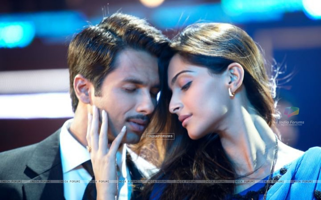 Shahid Kapoor & Sonam Kapoor as Harry and Aayat (161387) size:1280x800