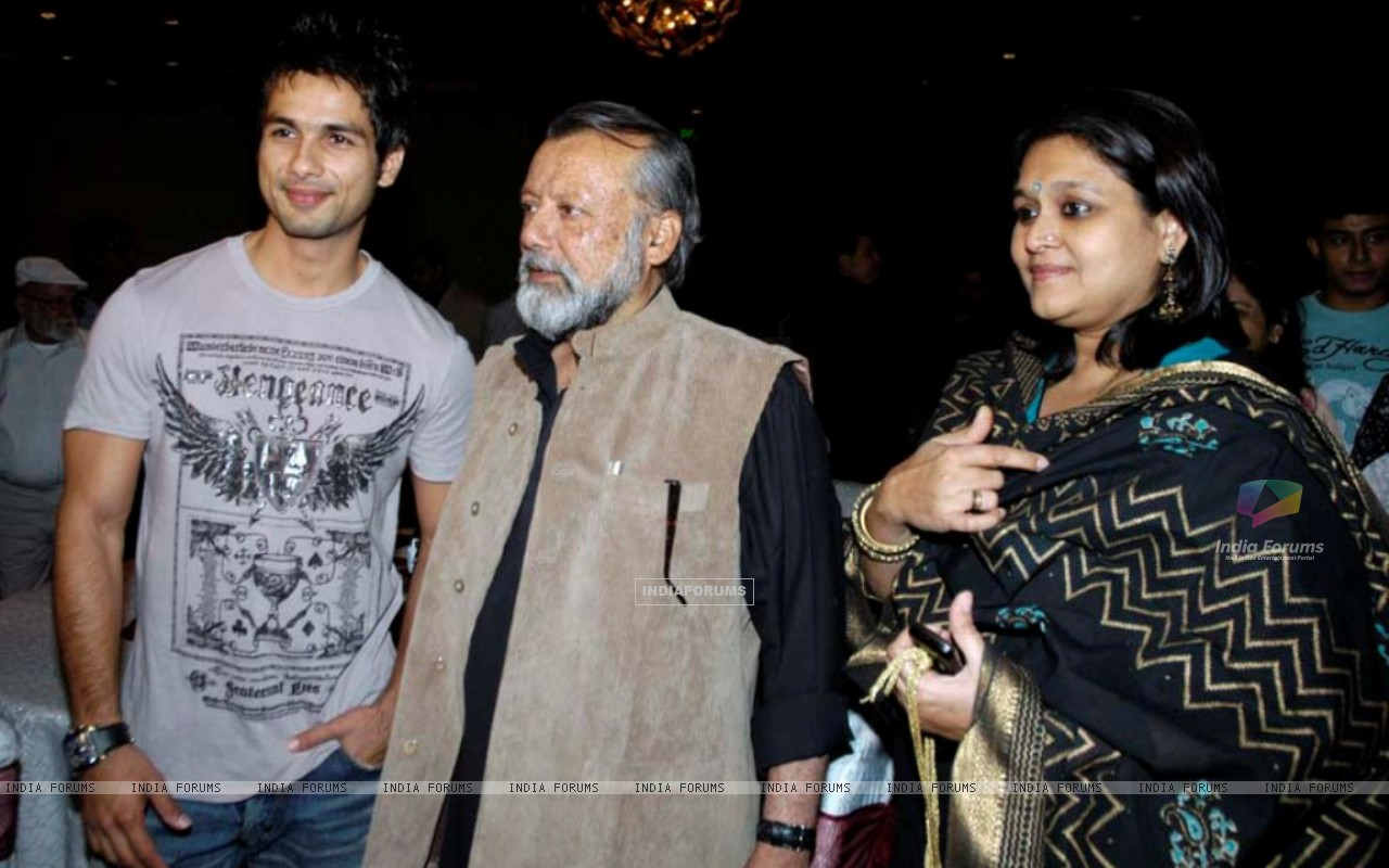 Shahid Kapoor with his father and mother (161392) size:1280x800