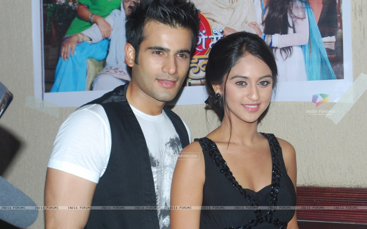 Karan Tacker and Krystle Dsouza at launch party of show Ek Hazaaron Mein Meri Behna Hain (163384) size:1280x800