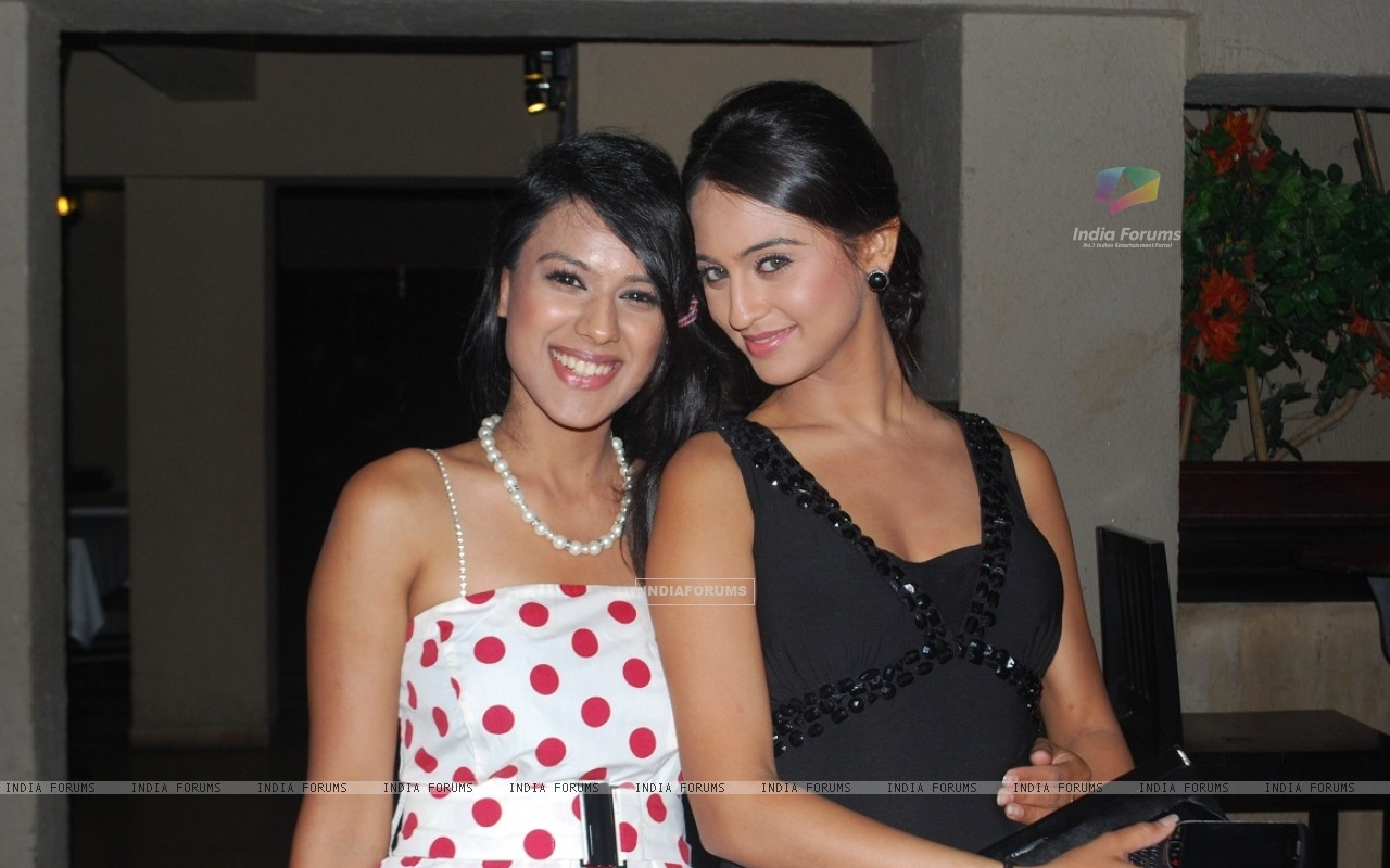 Nia Sharma and Krystle Dsouza at launch party of their show Ek Hazaaron Mein Meri Behna Hain (163396) size:1280x800