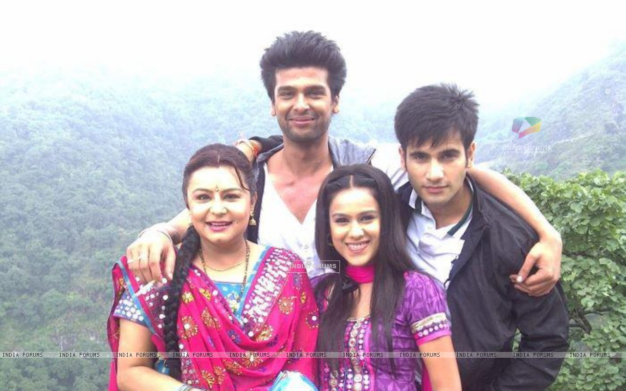 Karan Tacker, Nia Sharma, Kushal Tandon and Divyajyotee Sharma in Ek Hazaaron Mein Meri Behna Hain (164707) size:1280x800