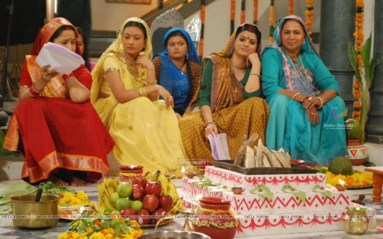 Pratigya ladies waiting for shoot (165247) size:1280x800