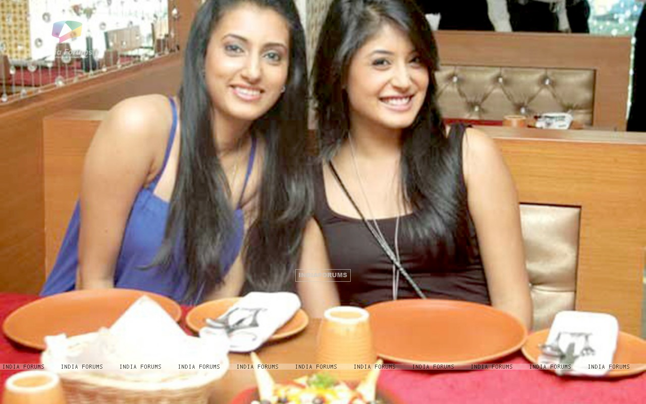 Additi Gupta and Kritika Kamra (169454) size:1280x800