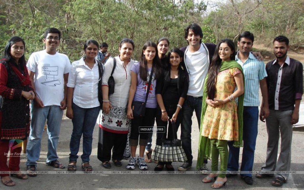 Soumya Seth and Shaheer Sheikh with their fans (171026) size:1280x800