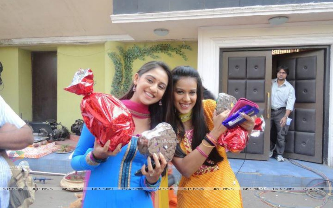 Krystle with Nia on the sets of Ek Hazaaron Mein Meri Behna Hain (173532) size:1280x800
